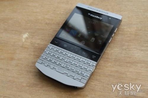 图为:黑莓 9980 保时捷限量版 手机