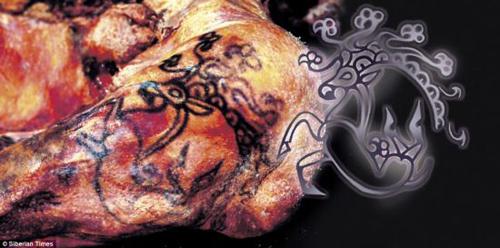 身上有多处纹身图案,包括一头长着狮鹫喙和摩羯座角的鹿.图片