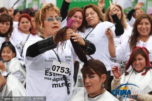 秘鲁理发师创同时剪发人数最多吉尼斯纪录