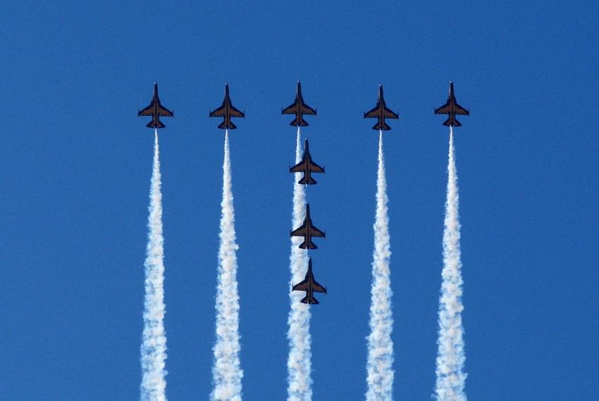 """韩国空军""""黑鹰""""飞行表演队展示优异飞行技能,在天空中利用t50飞机尾流"""