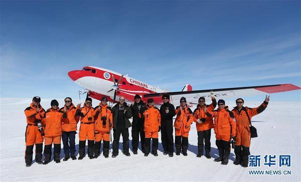 """中国首架极地固定翼飞机""""雪鹰601""""在中山站附近成功试飞后,科考队员们"""