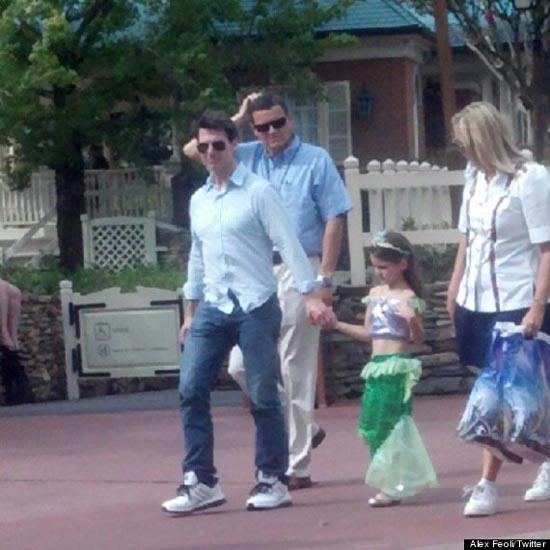 汤姆 克鲁斯携爱女逛迪斯尼乐园 苏瑞扮小美人鱼