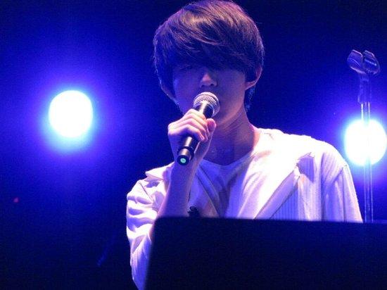 勇夺台湾中视主办的歌唱选秀节目《超级星光大道》第一季冠军,并获华