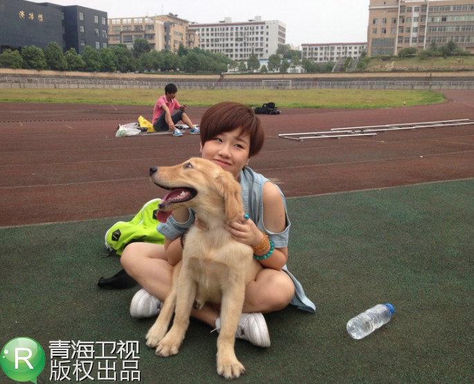 孟慧圆在拍摄中尽显对于小动物的疼爱,始终挂念着和她搭戏的小狗
