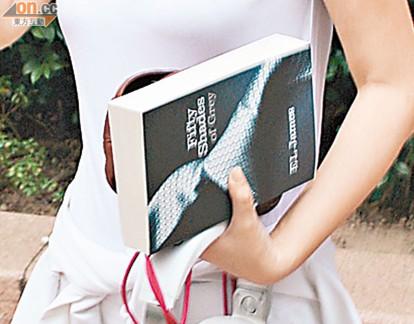 成人性虐情爱小说_关淑怡发布自杀言论后首现身 素颜出街手拿性虐小说