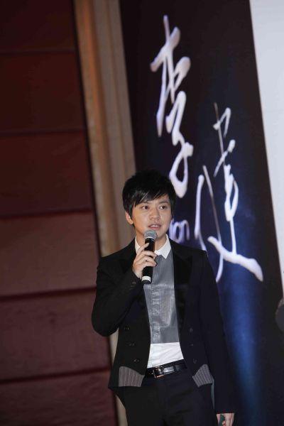 新浪娱乐讯 12月3日李健[微博]加盟美妙音乐发布会在北京举...