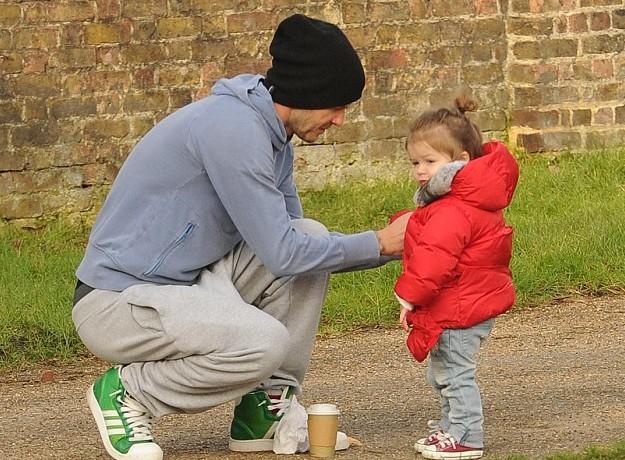 贝克汉姆有几个孩子_贝克汉姆带孩子公园踢足球 小七步履蹒跚似小企鹅(图)
