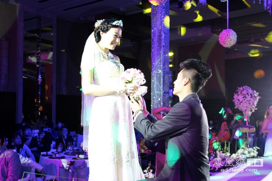 男子向心愛的女子單膝跪地求婚