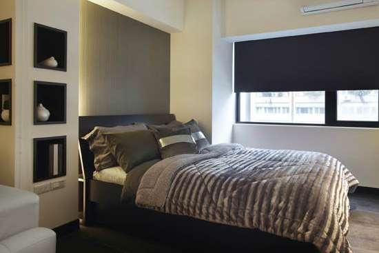 小戶型臥室裝修效果圖大全2014圖片之39平現代單身公寓 立柱和假梁的設計,讓整個臥室的格局呈現出來。床對著臥室的兩個窗戶,讓陽光可以充分地照進來。房間的深色系的顏色的選擇,給人一種現代人都很喜歡的簡約感。 小戶型臥室裝修效果圖大全2014圖片錦集十