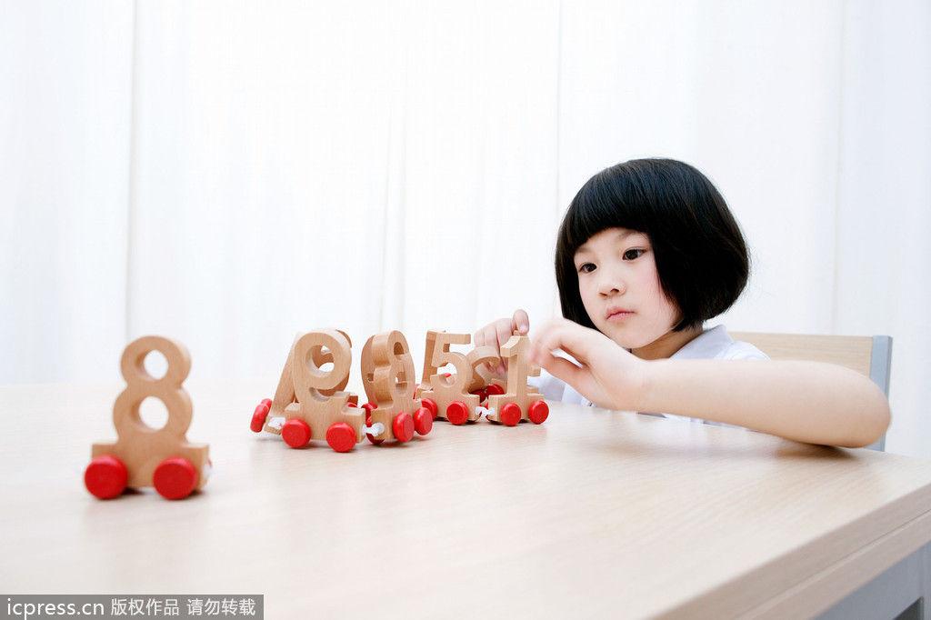 ?#23601;?#32476;综合-幼教:宝宝上幼儿园六大方面需注意】: 幼儿园则是孩子早教中遇到的第一个小小社会。年轻的?#32844;?#22920;妈们都在为如何让孩子开始人生第一段新鲜而快乐的学习生活作打算。到底宝宝上幼儿园需注意哪些方面呢?    作息时间要调整   虽然做了父母,但不少年轻的?#32844;?#22920;妈仍然玩心不减,带着宝宝一起参加朋友聚会,一玩就到深夜。这样晚睡晚起、生活缺乏规律的宝宝,可不是幼儿园?#19981;?#30340;新生!一般来?#25285;?#24188;儿园要求孩子上午8时前入园,孩子太晚到,就会错过很多早间活动。因此,这?#25945;歟职?#22920;妈应当注意帮孩子调整作息。早上7时左右起床