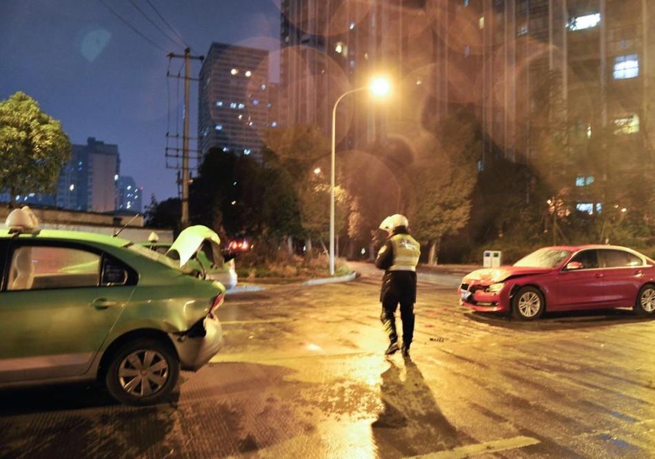 东北女孩打成都女司机视频_成都宝马女司机疑酒驾 脚踹交警下体_资讯频道_凤凰网
