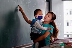 女教师抱患白血病儿子上课