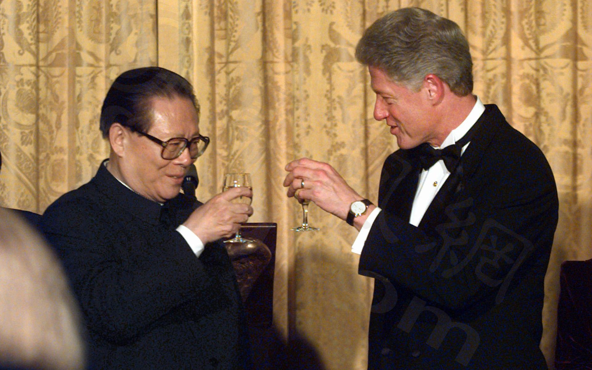 當年江澤民與柯林頓,美中關係交好的珍貴畫面。