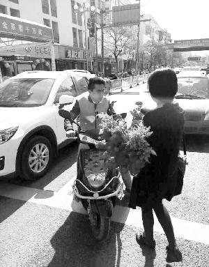 连云港女孩买199朵玫瑰送谈人 称如许很欢快