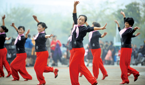场舞_广场舞,一场集体主义怀旧|广场|中老年_凤凰娱乐