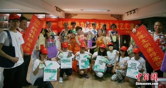 杭州大媽穿廢紙空罐變身時尚達人|時裝|時尚_鳳凰資訊圖片