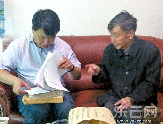 """出版社社长看望李孝友""""将尽快出版老人的一部手稿"""""""