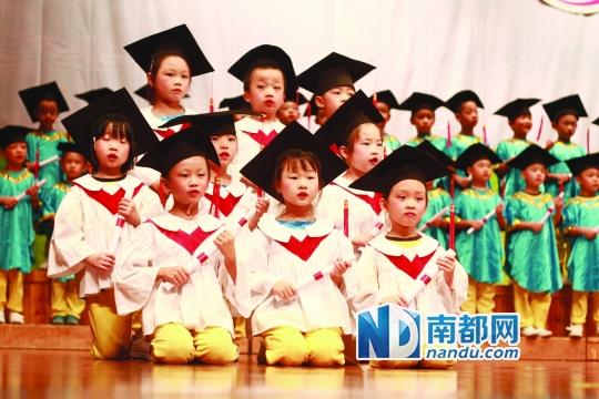 幼儿园     幼儿园郭园长给孩子们发毕业证书