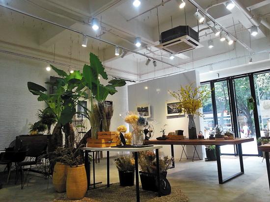 花店里不仅有花,盆栽,还有摄影作品和精致的家居器皿