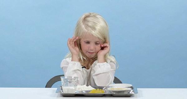 出差与壮熊玩多p-美国 熊孩子 试吃多国学校午餐 嫌弃反应令人捧腹