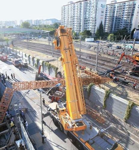 仁川富平站至白云站中間附近的工地上,兩臺正在作業的起重機倒在線路上。