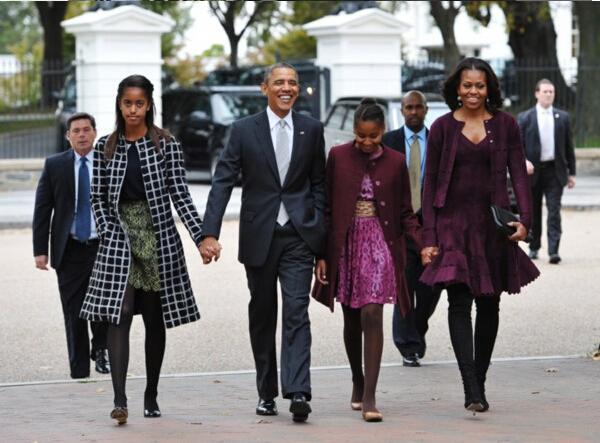图为:美国总统奥巴马一家人