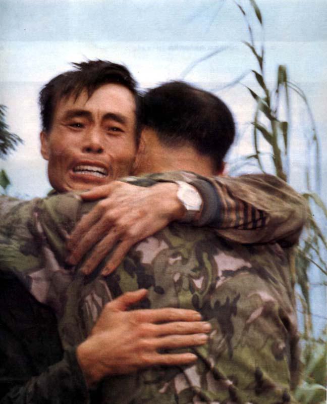 1979越南战争视频_对越作战34周年祭:战斗胜利后战士相拥而泣_历史频道_凤凰网