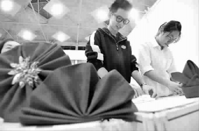 一块餐巾折出200多种花样