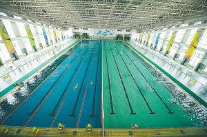 南昌大學游泳館泳池全貌,場館頂部安裝了太陽能設備,用于為水加溫.圖片