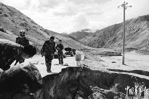 由新疆叶城到西藏萨噶这段1375公里长的公路,由武警交通第二总队第四