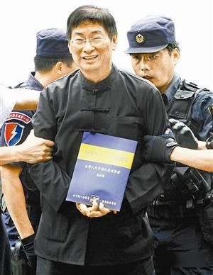 张安乐2018_张安乐一下飞机,就拿出自己撰写的《一国两制和平统一》宣传册,遮住了